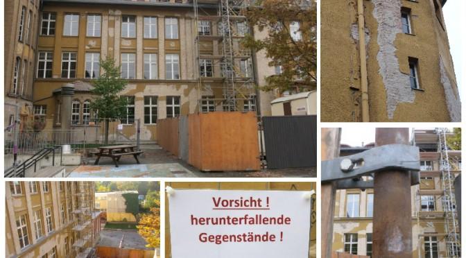 Alles Reden nichts genutzt: Weil Teile der Fassade herunterfallen, steht am Fichte-Gymnasium jetzt ein Bauzaun