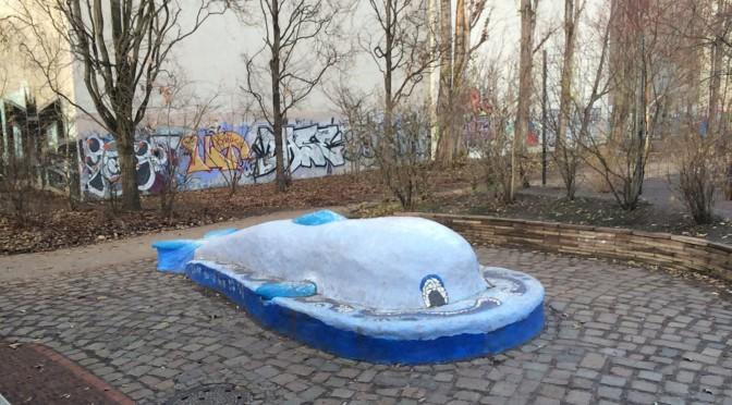 Der blaue Wal. Zwischen Labyrinth und Bolzplatz gelegen. Soll abgerissen werden. Dort sollen verkleinerter Bolzplatz entstehen. Direkt vor den Fenstern der Klassenräume des MEB.