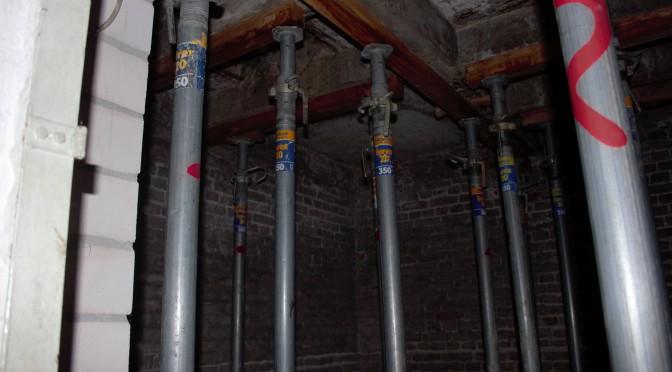 Dasselbe Bild zeigt sich im ehemaligen Kohlenkeller: Mehr Stützen als im Untergrund von Venedig. Baubeginn: unbekannt